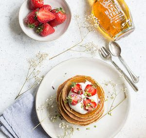 Pancake ai cereali, yogurt greco e sciroppo d'acero.