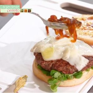 """Hamburger con cipolla di cannara caramellata allo sciroppo d'acero de """"L'ingrediente perfetto"""""""